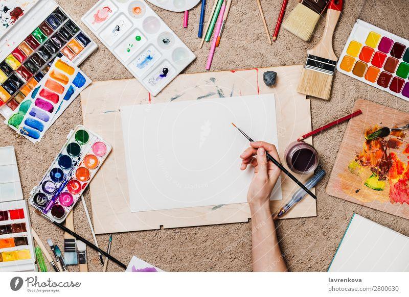 Flachlegen mit Frauenhänden, die stationäre Vorräte halten. Farbe Bleistift Entwurf Künstler Holzplatte Kaktus Teppich Kaukasier mehrfarbig Handwerk Kreativität