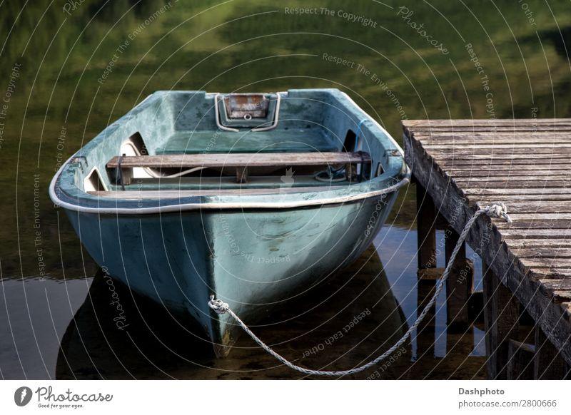 Altes Ruderboot liegt an einem schottischen Highland Loch. Freizeit & Hobby Ferien & Urlaub & Reisen Strand Wellen Seil Pflanze Gras Wald Küste See Fischerboot