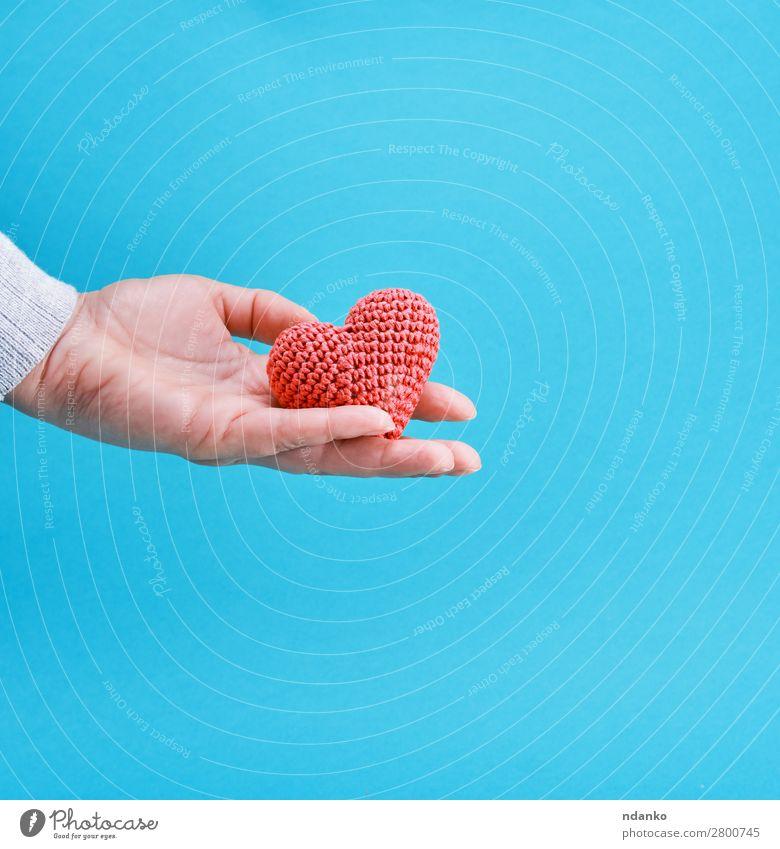 kleines gestricktes rotes Herz in einer menschlichen Hand Dekoration & Verzierung Feste & Feiern Valentinstag Hochzeit Liebe blau Romantik Farbe Hoffnung Idee