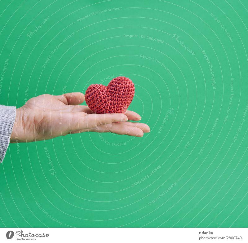 kleines gestricktes rotes Herz in einer menschlichen Hand Dekoration & Verzierung Feste & Feiern Valentinstag Hochzeit Liebe grün Romantik Farbe Hintergrund