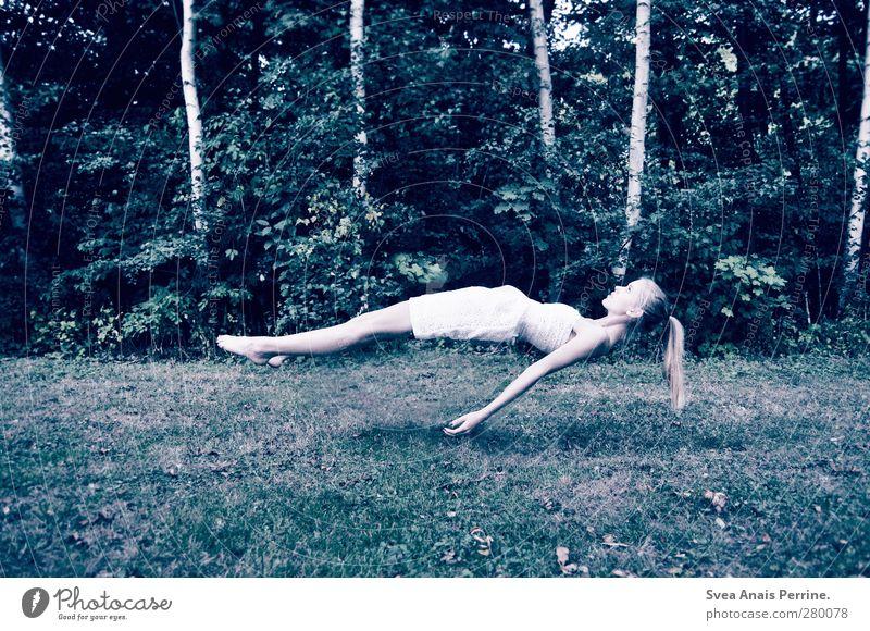 schwerelos. feminin Arme Hand 1 Mensch 18-30 Jahre Jugendliche Erwachsene Umwelt Natur Baum Garten Park Wiese Kleid Haare & Frisuren langhaarig Zopf fliegen