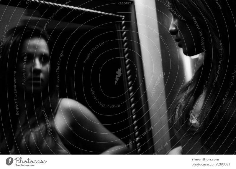 spiegelbild Mensch Jugendliche schön Erwachsene feminin 18-30 Jahre elegant ästhetisch Perspektive beobachten einzigartig Neugier Spiegel Dame Reichtum Körperpflege