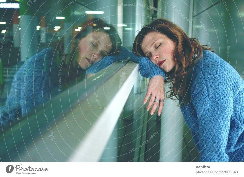 Junge Frau allein und müde auf einem Busbahnhof. Lifestyle Gesundheit Erholung Ferien & Urlaub & Reisen Ausflug Ferne Spiegel Mensch feminin Jugendliche