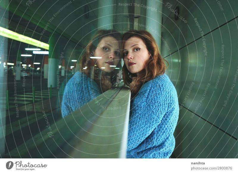 Frau Mensch Ferien & Urlaub & Reisen Jugendliche Junge Frau blau Stadt Einsamkeit Ferne Fenster dunkel 18-30 Jahre Straße Lifestyle Erwachsene Traurigkeit