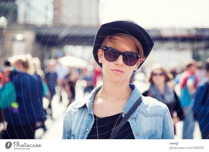 verlie[b]t in feminin Junge Frau Jugendliche 1 Mensch 18-30 Jahre Erwachsene Sonnenbrille Hut Coolness schön einzigartig Platz Menschenmenge Farbfoto