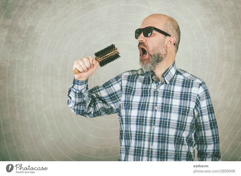Mann mit Sonnenbrille singt eine Haarbürste. Lifestyle Behandlung Musik Feste & Feiern Mensch maskulin Erwachsene Vater 1 45-60 Jahre Konzert Sänger Glatze