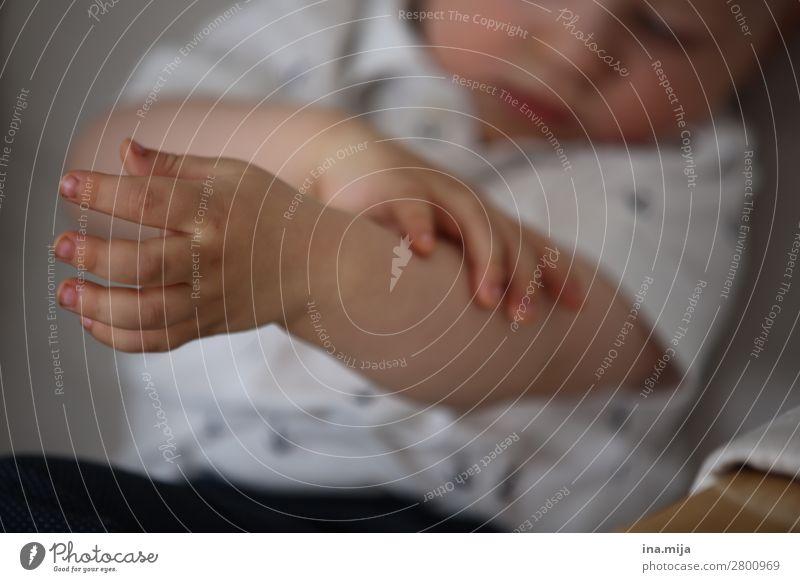 kleines Aua Kind Mensch schön weiß Hand Leben Familie & Verwandtschaft Körper Kindheit Arme Finger Neugier entdecken Bildung Körperpflege