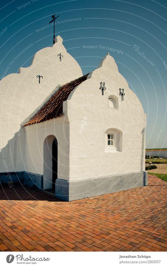 Kirche auf Mandø blau weiß rot Wärme Architektur Religion & Glaube Gebäude hell Sauberkeit einfach Bauwerk Dorf Blauer Himmel Dänemark minimalistisch