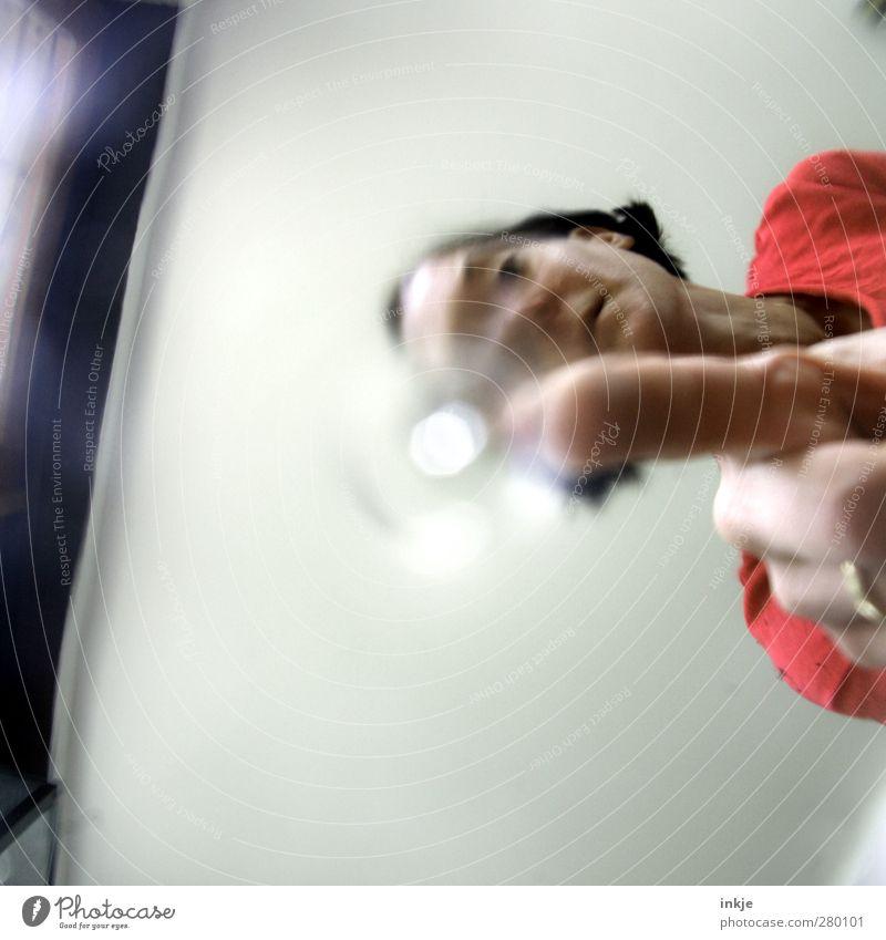 Sie hamm da was.. Mensch Frau Erwachsene Gesicht Leben Raum dreckig Häusliches Leben Finger beobachten berühren Tropfen Neugier Punkt unten Wissenschaften