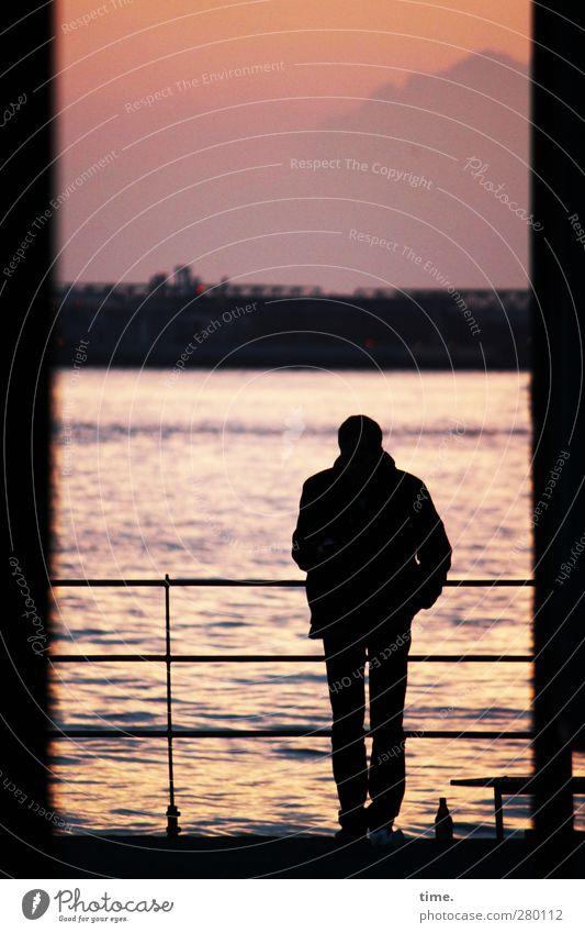 Feierabend maskulin 1 Mensch Umwelt Landschaft Wasser Himmel Wolken Horizont Sommer Schönes Wetter Flussufer Elbe Geländer Ponton Flasche beobachten stehen