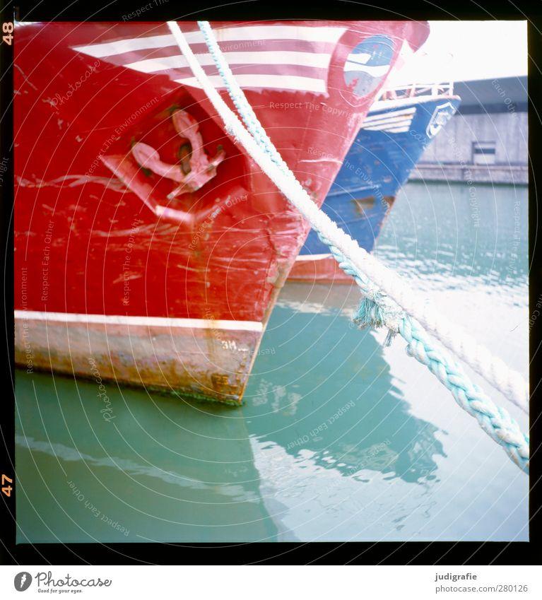 Hirtshals blau Wasser rot ruhig Seil Hafen Schifffahrt Hafenstadt Anker Fischerboot