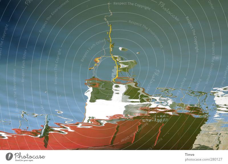 Wasserspiegelung eines roten Bootes Wolkenloser Himmel Schönes Wetter Ostsee Schifffahrt Wasserfahrzeug Hafen blau weiß Wasseroberfläche Reflexion & Spiegelung