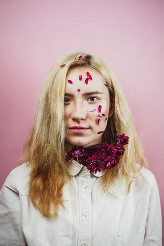 Weibchen mit Blütenblättern im Gesicht, natürliche Schönheit Asiate Beautyfotografie blond Chrysantheme Entwurf Farbstoff Mode Blume Glamour