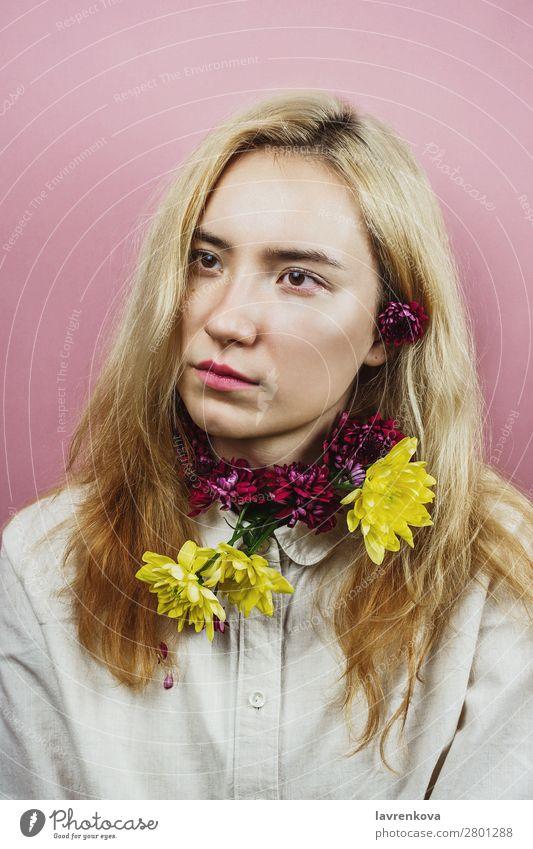 Blumenporträt einer Frau mit blonden Haaren auf rosa Asiate schön Beautyfotografie Blüte Blumenstrauß Chrysantheme Farbstoff Gesicht Mode geblümt Junge Frau