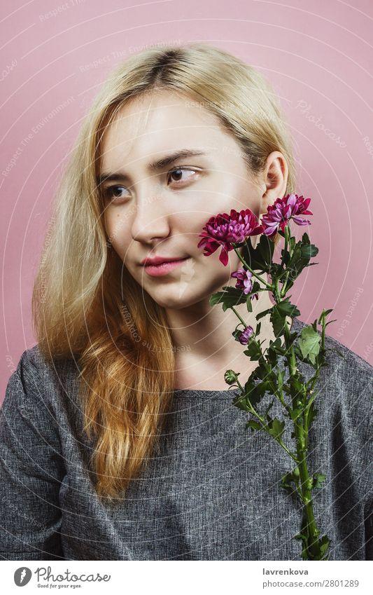 Blumenporträt einer Frau mit blonden Haaren auf rosa Dame hübsch Blumenstrauß Chrysantheme Pastellton Frühling Blüte geblümt Mode Model Beautyfotografie