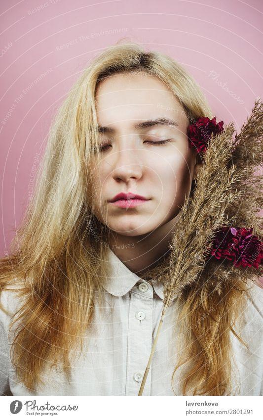 Blumenporträt einer jungen erwachsenen Frau mit blonden Haaren Dame hübsch Blumenstrauß Chrysantheme Pastellton Frühling Blüte geblümt Mode Model