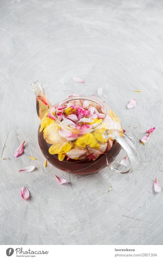 teekanne mit chrysanthemum blumentee und blütenblättern Frühling Chrysantheme Entwurf Blume Schwache Tiefenschärfe Glas grau heiß Blütenblatt rosa Topf selektiv