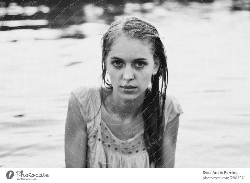 draußen am see. feminin Junge Frau Jugendliche Kopf Haare & Frisuren Gesicht 1 Mensch 18-30 Jahre Erwachsene Umwelt Natur See Wasser Kleid langhaarig