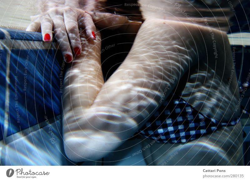 am Beckenrand.. Körper Maniküre Schwimmen & Baden feminin Frau Erwachsene 1 Mensch 18-30 Jahre Jugendliche Bikini berühren Erholung festhalten hängen nass dünn