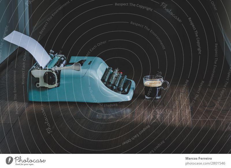 Schreibmaschine und Kaffee Espresso Arbeit & Erwerbstätigkeit Papier Holz Metall Kristalle alt elegant Originalität retro schwarz Schriftsteller Aussicht Becher
