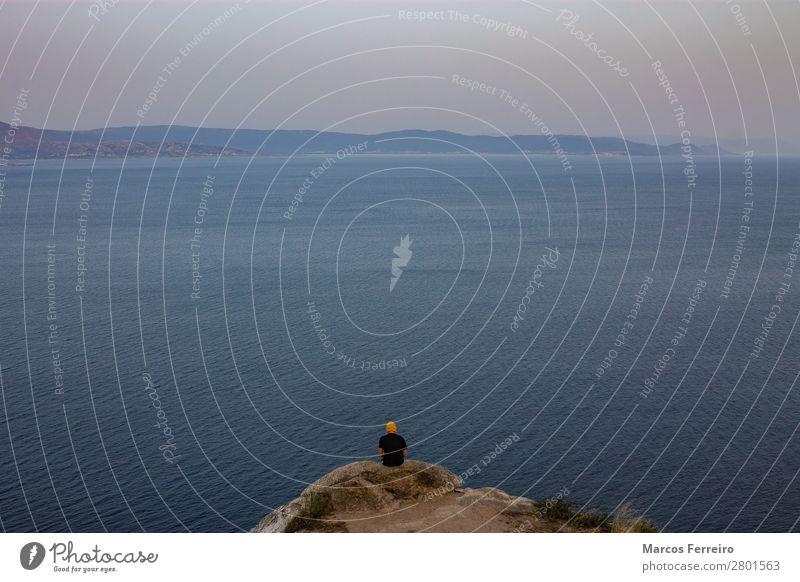 Mensch und Meer an der Küste Erholung Meditation maskulin Rücken 1 Umwelt Natur Landschaft Felsen Nordsee Sehenswürdigkeit T-Shirt Stein Wasser beobachten