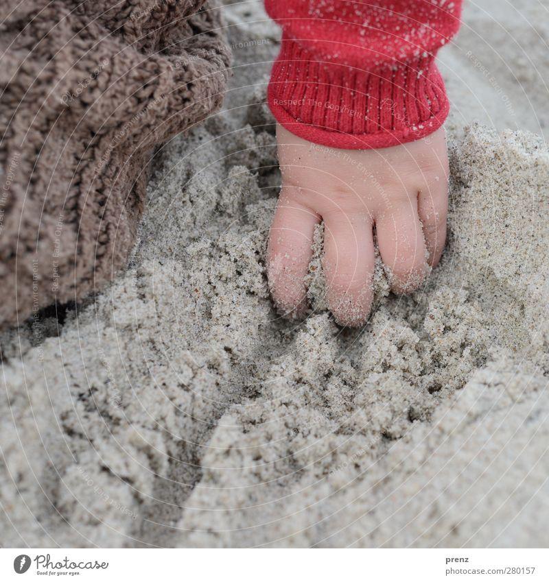 Kinderhand Mensch feminin Kleinkind Mädchen Hand Finger 1 braun grau rot Sand Strand matschen Farbfoto Außenaufnahme Nahaufnahme Textfreiraum unten Tag