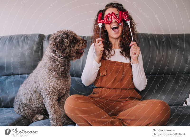 Frau Mensch Hund Jugendliche Junge Frau weiß rot Haus Tier Freude Winter Erwachsene Liebe lustig Familie & Verwandtschaft Glück