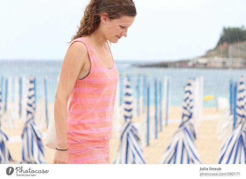 fla Mensch Jugendliche Stadt Strand Erwachsene feminin Junge Frau Sand 18-30 Jahre gehen rosa Europa Lächeln Kleid Locken Bucht
