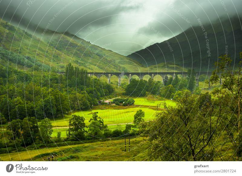 Glenfinnan Eisenbahn Viadukt bei Loch Shiel in Schottland bogen architektur brücke gebäude wolken wolkig konstruktion reiseziel destination entfernung