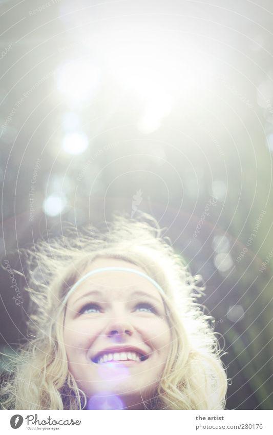 Sonnenmädchen Mensch feminin Jugendliche Kopf 1 Wald Haarband blond langhaarig Locken Lächeln leuchten Blick frei Freundlichkeit Fröhlichkeit hell Freude Glück