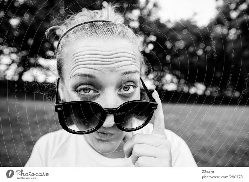 What´s up? Jugendliche Stadt Hand Landschaft Erwachsene Junge Frau Stil 18-30 Jahre blond Freizeit & Hobby maskulin Perspektive Coolness beobachten Kommunizieren Neugier