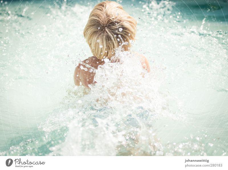 Erfrischung! Freude Sommer Sonne Garten Schwimmbad Kleinkind Wasser Wärme Wiese blau Leben weiß Junge Hängematte Gartenmöbel jung suess Hinterkopf Falle