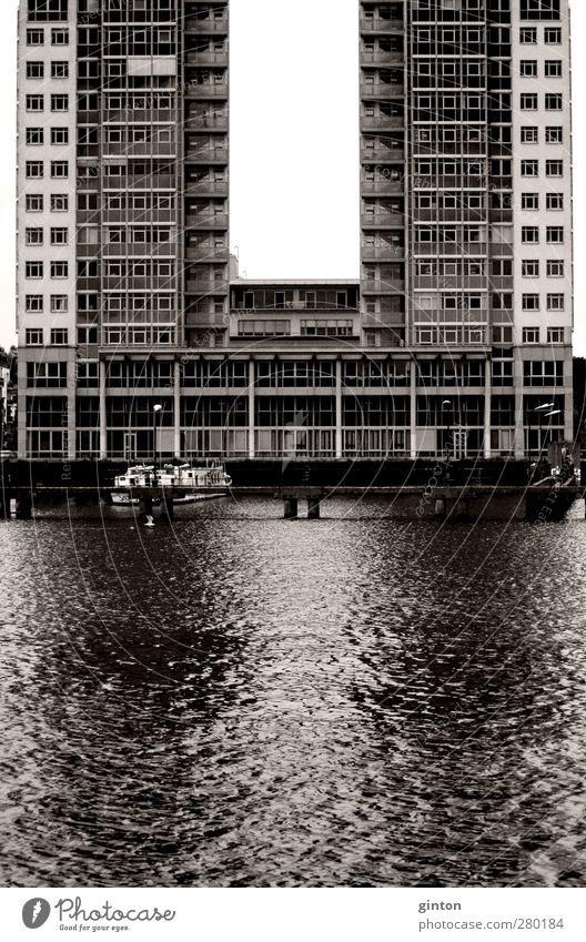 U wie Umgebung Berlin Deutschland Stadt Architektur Fluss Spree Wasser Moderne Architektur U-Form Anlegestelle Wasserfahrzeug Hochhaus Etage Fenster Steg