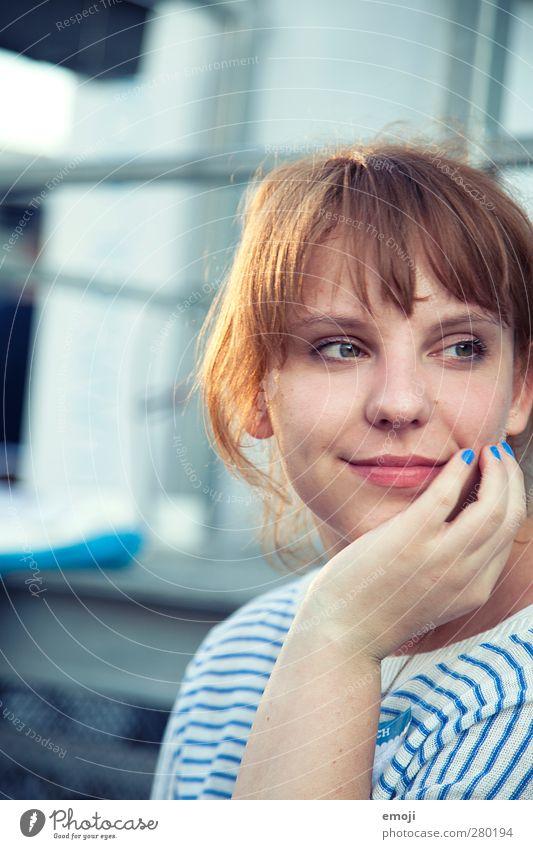 [b]eleuchtet Mensch Jugendliche Hand schön Erwachsene Gesicht feminin Junge Frau Kopf 18-30 Jahre Lächeln brünett Pony