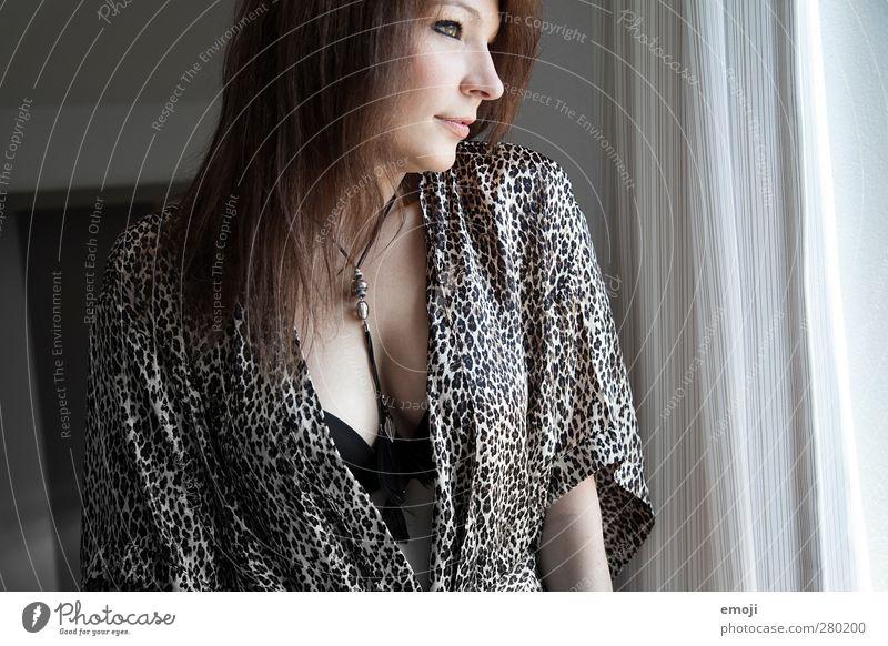 \\\ feminin Junge Frau Jugendliche 1 Mensch Unterwäsche brünett Erotik Bademantel Farbfoto Innenaufnahme Tag Porträt Profil Blick nach vorn