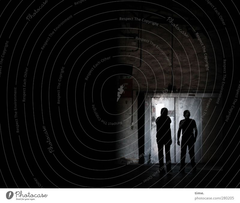 looking for entrance Mensch schwarz dunkel Wand Gefühle Wege & Pfade Mauer Metall Angst Beton Abenteuer bedrohlich Neugier geheimnisvoll Konzentration entdecken