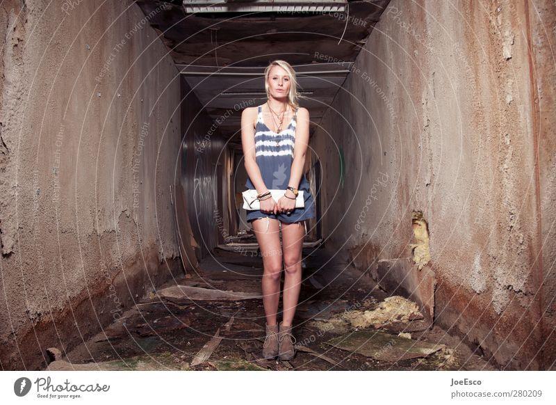 #232916 Stil Abenteuer Freiheit Häusliches Leben Raum ausgehen Karriere Frau Erwachsene Mensch Ruine Mode beobachten träumen warten außergewöhnlich dunkel