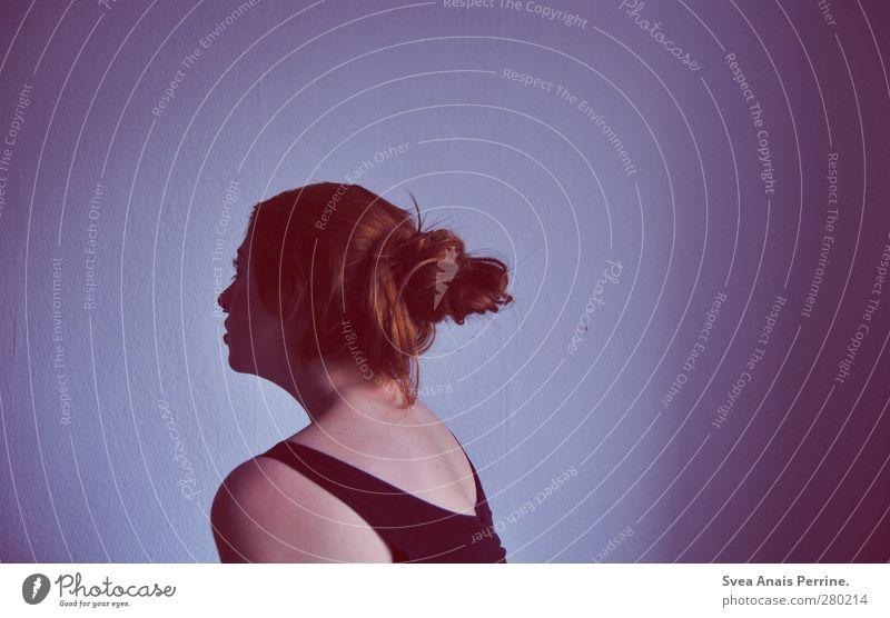 die farbe violett. feminin Junge Frau Jugendliche Haut Haare & Frisuren Gesicht Rücken Schulter 1 Mensch 18-30 Jahre Erwachsene Mauer Wand langhaarig Zopf Dutt