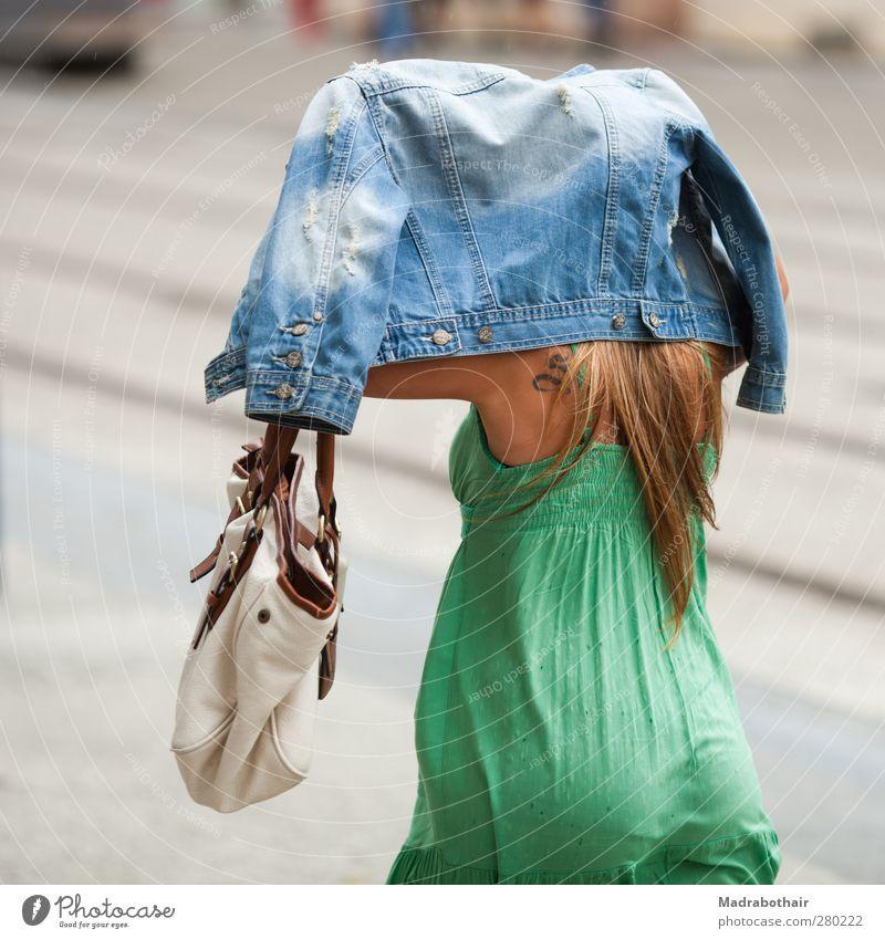 der Regenschutz feminin Frau Erwachsene Leben 1 Mensch 18-30 Jahre Jugendliche schlechtes Wetter Stadt Stadtzentrum Fußgängerzone Straße Kleid Jacke Jeansjacke