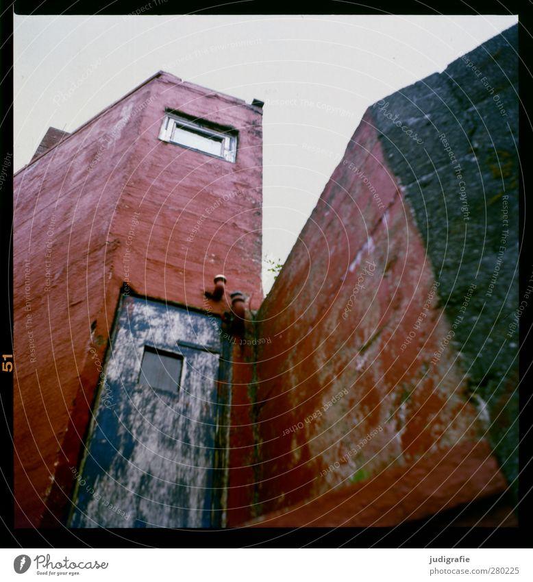 Färöer Tórshavn Føroyar Stadt Haus Hütte Gebäude Architektur Fassade Fenster Tür außergewöhnlich eckig Farbfoto Gedeckte Farben Außenaufnahme Menschenleer
