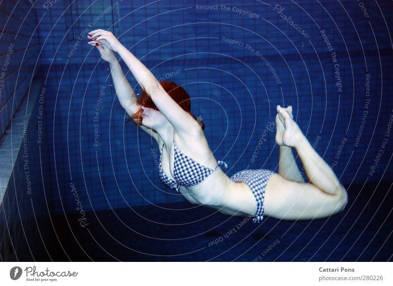 leichtigkeit Körper Fitness Schwimmen & Baden tauchen Im Wasser treiben feminin Junge Frau Jugendliche Erwachsene 1 Mensch 18-30 Jahre Bikini machen Flüssigkeit