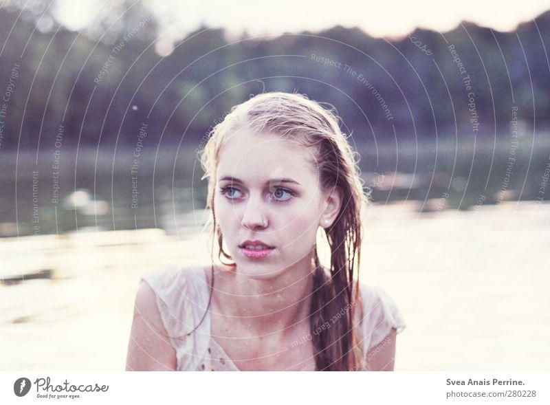 draußen am see II Mensch Natur Jugendliche Wasser Erwachsene Gesicht kalt feminin Haare & Frisuren Kopf See träumen Schwimmen & Baden 18-30 Jahre blond nass