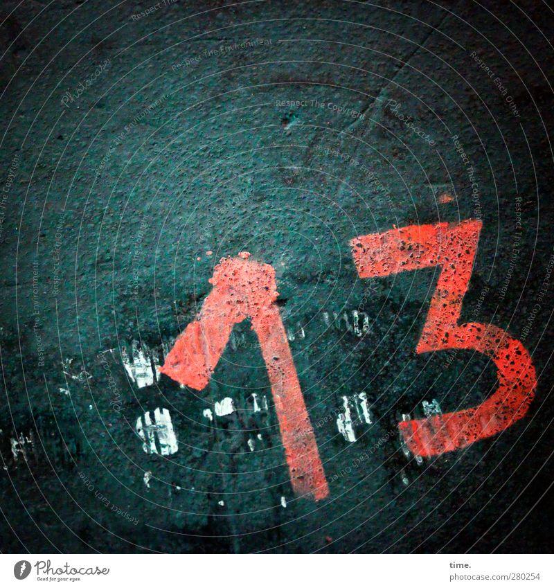Glückszahl Bodenbelag Zeichen Ziffern & Zahlen dunkel grün rot entdecken geheimnisvoll 13 uneben dreckig Farbe Farbfoto Gedeckte Farben Innenaufnahme