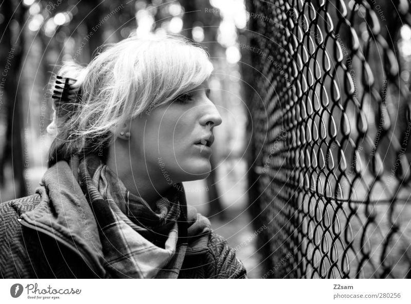 wo denn? Lifestyle Freizeit & Hobby Mensch feminin Junge Frau Jugendliche 1 18-30 Jahre Erwachsene Umwelt Jacke Schal Haare & Frisuren blond langhaarig