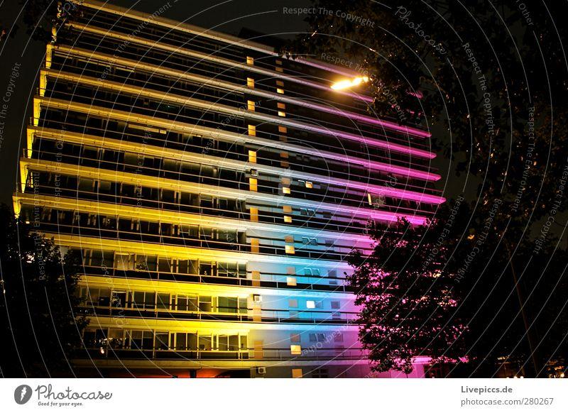 City Nord 2 blau weiß schwarz gelb rosa Hochhaus violett Lichtspiel Hafenstadt