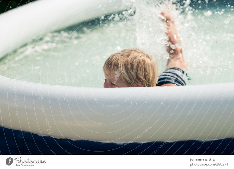 plantschen II Freude Sommer Sonne Garten Schwimmbad Kleinkind Wasser Wärme Wiese blau weiß Junge Hängematte Gartenmöbel jung suess verstecken Schwimmen & Baden