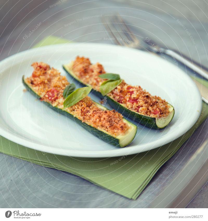 Zucchini mit Knusperhaube Gemüse Ernährung Mittagessen Vegetarische Ernährung Teller Besteck lecker natürlich knusprig Farbfoto Außenaufnahme Menschenleer Tag