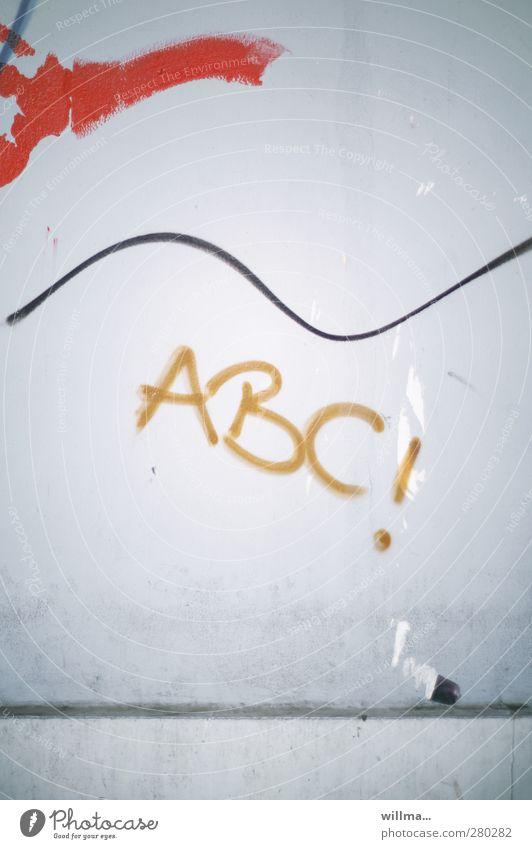 ABC - Beginn des Alphabets Buchstaben Text Schriftzeichen Schule Bildung Graffiti Linie Mauer Wand Fassade Lateinisches Alphabet grau rot Sinus Sinuskurve