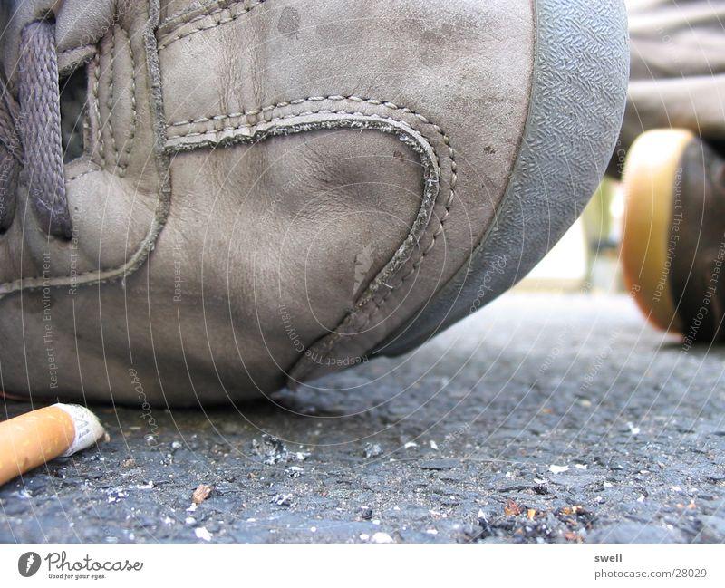 der schuh Erholung Schuhe dreckig sitzen Bodenbelag Rauchen Zigarette Zigarettenstummel
