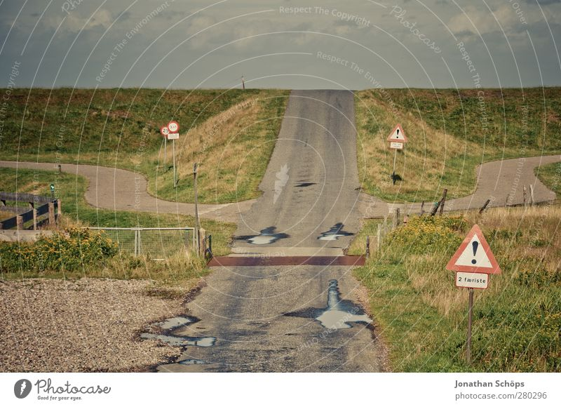 dahinter fällst du die Erdscheibe runter Natur Ferien & Urlaub & Reisen Landschaft Umwelt Straße Wiese Wege & Pfade träumen Horizont Reisefotografie Schilder & Markierungen Verkehr gefährlich Hinweisschild Hoffnung Neugier